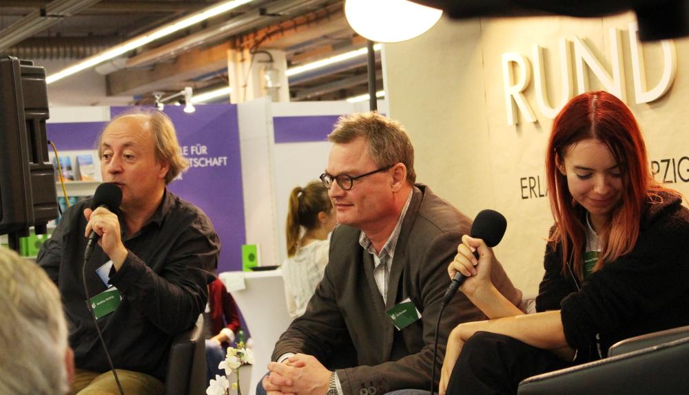 Matthias Matting (l., 'Die Selfpublisher-Bibel') und Lutz Kreutzer (r., 'Self-Publishing-Day') sowie Moderatorin Marissa Weber (Universität Erlangen)